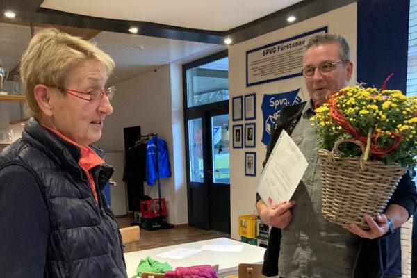 Christiane erhält einen gelben Blumenstrauß